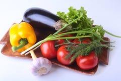 Vegetais sortidos frescos, beringela, pimenta de sino, tomate, alho com alface de folha No fundo branco Fotos de Stock