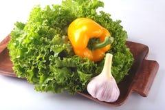 Vegetais sortidos frescos com alface de folha Isolado no fundo branco Foco seletivo Foto de Stock