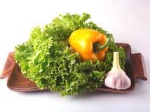 Vegetais sortidos frescos com alface de folha Isolado no fundo branco Foco seletivo Fotos de Stock Royalty Free