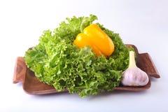 Vegetais sortidos frescos com alface de folha Isolado no fundo branco Foco seletivo Fotografia de Stock