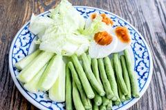 Vegetais tailandeses do alimento servidos com ovos do chiliand Imagens de Stock Royalty Free