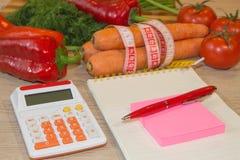 Vegetais, tomate Meça a fita e legumes frescos no fundo Dieta saudável do estilo de vida com frutos frescos Fotografia de Stock