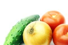 Vegetais - tomate, um pepino e cebolas Imagem de Stock Royalty Free