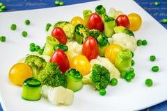 Vegetais, tomates, pepinos, ervilhas e brócolis Imagens de Stock
