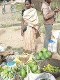 Vegetais tribais do sell das mulheres no mercado semanal fotografia de stock