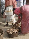 Vegetais tribais do sell das mulheres no mercado semanal imagens de stock