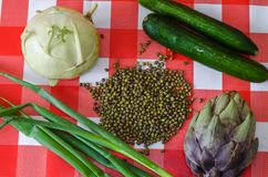Vegetais verdes ao redor e feijões de mung dispersados no centro Foto de Stock