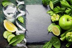 Vegetais verdes frescos e fita de medição Fotos de Stock