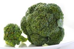 Vegetais verdes frescos na placa branca Fotografia de Stock Royalty Free
