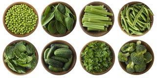 Vegetais verdes isolados em um fundo branco Os brócolis, as ervilhas verdes, os pepinos e as folhas salsa, aipo, espinafre, manje Fotos de Stock