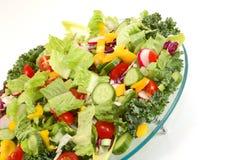 Vegetais verdes misturados na placa de vidro do ângulo com w isolado Imagens de Stock Royalty Free