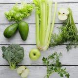 Vegetais verdes nas placas brancas Imagens de Stock Royalty Free