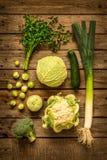 Vegetais verdes no fundo de madeira rústico do vintage foto de stock royalty free