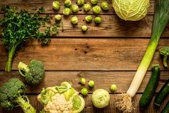 Vegetais verdes no fundo de madeira rústico do vintage imagem de stock royalty free