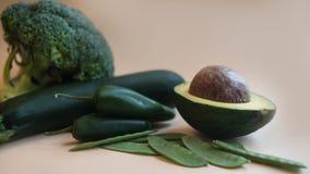 Vegetais verdes para cozinhar Abacate, brócolis, pimenta, ervilhas, abobrinha no fundo claro imagens de stock royalty free