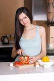 Vegetal da estaca da mulher na cozinha Imagens de Stock