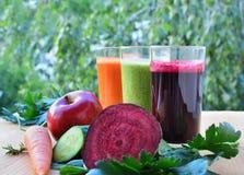 Vegetal e batidos de fruta e suco saudáveis Imagem de Stock