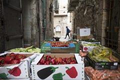 Vegetal fora de um restaurante no Jerusalém imagem de stock
