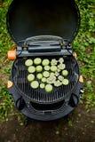 Vegetal grelhado do abobrinha na grade enorme do g?s imagens de stock royalty free