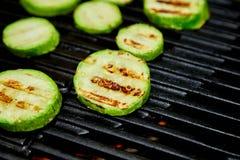 Vegetal grelhado do abobrinha na grade enorme do g?s foto de stock royalty free
