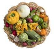 Vegetales frescos em uma cesta Imagens de Stock