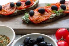Vegetar för italienska brochettes för svarta oliv för tomater naturligt sunt Royaltyfria Foton