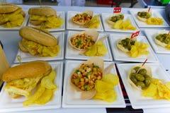 Vegetariër en veganistschotels op de straatmarkt die worden verkocht royalty-vrije stock fotografie