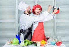 vegetari?r Eenvormige kok man en vrouwenchef-kok in restaurant Familie het koken in keuken Het op dieet zijn vitamine culinaire k royalty-vrije stock afbeeldingen