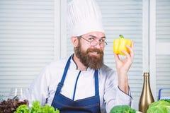 vegetari?r Rijpe chef-kok met baard Het gezonde voedsel koken Het op dieet zijn en natuurvoeding, vitamine Smakelijk Snel Voedsel royalty-vrije stock afbeelding