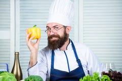 vegetarian Зрелый шеф-повар с бородой Здоровый варить еды Dieting и натуральные продукты, витамин Вкусный фаст-фуд лучей стоковые фотографии rf