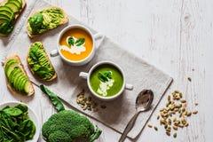 vegetarian еды здоровый Сандвичи супа и vegan Различные сандвичи с авокадоом Завтрак-обед на белой деревянной предпосылке Стоковая Фотография