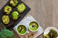 vegetarian еды здоровый Сандвичи супа и vegan Различные сандвичи с авокадоом Завтрак-обед на белой деревянной предпосылке Стоковые Изображения RF
