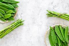 vegetarian еды здоровый Спаржа и горох на сером каменном copyspace взгляд сверху предпосылки Стоковое Изображение RF