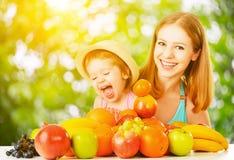 vegetarian еды здоровый счастливые мать семьи и дочь w младенца Стоковая Фотография