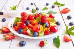 vegetarian салата фарфора померанцев виноградин плодоовощ еды Стоковые Изображения RF