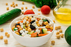 Vegetarian chickpea salad with olives, feta, tomatoes, onion and garlic Royalty Free Stock Photos