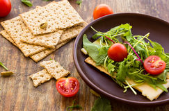 Vegetarian crispbread  with tomatos, cheese and salad mix Royalty Free Stock Photos