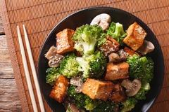 Vegetarian Stir Fry: tofu with broccoli, mushrooms and sesame cl Royalty Free Stock Photos