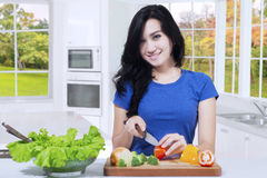 Vegetarian woman makes salad Royalty Free Stock Images