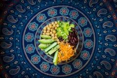 Vegetarianbuddha bunke Rå grönsaker och bönor i en en bunke arkivbilder