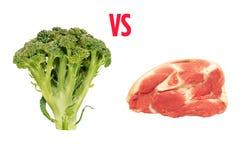 Vegetariani contro i mangiatori della carne Broccoli e carne di maiale attraversata fotografia stock