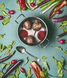 Vegetariano in buona salute e vegano che cucinano e che mangiano con le verdure organiche stagionali Pulisca il concetto dell'ali immagine stock libera da diritti