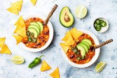 Vegetariano chili con carne con las lentejas, habas, nachos, cal, jalapeno Plato tradicional mexicano fotografía de archivo libre de regalías
