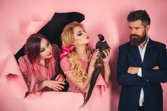 vegetariano Coppie pazze sul rosa Halloween Idea creativa Influenza aviaria Pubblicità divertente gente d'annata con pollame fotografie stock libere da diritti