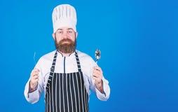 vegetariano Cuoco unico maturo con la barba Cuoco barbuto dell'uomo in cucina, culinaria Cottura sana dell'alimento Uomo del cuoc fotografia stock