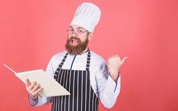 vegetariano Cuoco unico maturo con la barba Cottura sana dell'alimento Uomo del cuoco unico in cappello Ricetta segreta di gusto  fotografie stock