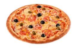 Vegetariano della pizza con le olive verdi e nere isolate su bianco, primo piano dei pomodori, del mais, della cipolla, fotografie stock libere da diritti