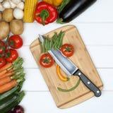 Vegetariano ou vegetariano que comem a cara de sorriso dos vegetais no cutti Imagens de Stock
