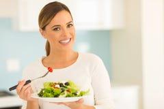 Vegetariano que come la ensalada fotografía de archivo