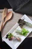 Vegetariano Rolls na placa com forquilha e a colher de madeira Foto de Stock